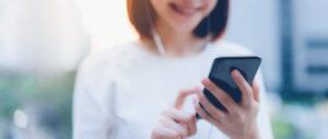 Mulher utilizando o sistema Data Goal em celular